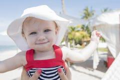 Schönes glückliches ausdrucksvolles blondes Mädchen-Kleinkind auf dem Strand Lizenzfreies Stockbild