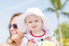 Schönes glückliches ausdrucksvolles blondes Mädchen-Kleinkind auf dem Strand Lizenzfreie Stockfotos