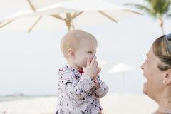 Schönes glückliches ausdrucksvolles blondes Mädchen-Kleinkind auf dem Strand Stockfotografie