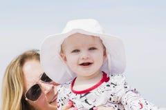 Schönes glückliches ausdrucksvolles blondes Mädchen-Kleinkind auf dem Strand Stockbilder
