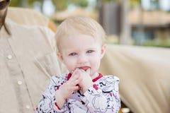 Schönes glückliches ausdrucksvolles blondes Mädchen-Kleinkind auf dem Strand Stockbild