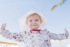 Schönes glückliches ausdrucksvolles blondes Mädchen-Kleinkind in einer Hängematte auf dem Strand Stockfotos
