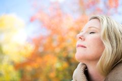 Schönes glückliches blinde Frauenlächeln Stockfotos