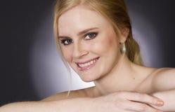 Schönes blondes Lächeln groß in der Haupt- und Schulter-Schönheits-Haltung Stockbild