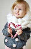 Schönes glückliches blondes Mädchen in der Strickjacke zu Hause Stockbild