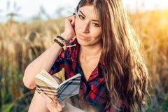 Schönes glückliches Brunettemädchenfeld schläft, Hemd ein Neue Ideen des Konzeptes, schreibend in Notizbuch Denkt auf Natur Stockfoto