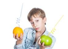 Schönes glückliches Kind im stilvollen Hemd hält oder Stockbild