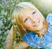 Schönes glückliches kleines Mädchen im Freien Stockfotografie