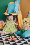 Schönes glückliches kleines Mädchen im Studio stockbilder