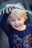 Schönes glückliches kleines Mädchen mit blauen Augen lizenzfreies stockfoto