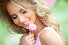 Schönes glückliches Mädchen Stockfoto