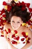 Schönes glückliches Mädchen im rosafarbenen Blumenblatt. Badekurort. Stockbild