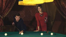 Schönes glückliches Paar, das Billard spielt stock video footage