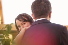 Schönes glückliches Paar in der Natur Stockbilder