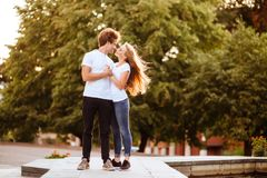 Schönes glückliches Paar in der Stadt stockfotos