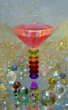 Schönes Glas mit Getränk mit Melone und strawberrys stockbild