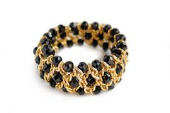 Schönes goldenes Armband mit schwarzem Stein auf Isolator Stockfoto