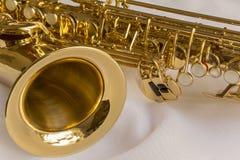 Schönes goldenes Saxophon Stockfotografie