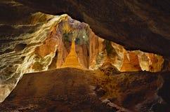 Schönes goldenes stupa innerhalb heiliger Yathaypyan-Höhle in Hpa-An, Lizenzfreie Stockfotos
