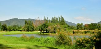Schönes Golf-Feld mit dem blauen Himmel lizenzfreie stockfotografie