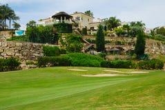 Schönes Golflandhaus Stockbilder