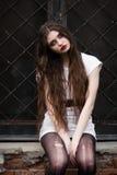 Schönes Goth Mädchen Horrorfrau Furchtsames Mädchen- und Halloween-Thema: Porträt eines verrückten Mädchens mit einem blutigen Ge lizenzfreie stockbilder