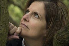 Schönes Grün gemustertes Frauenporträt draußen looki stockfotos