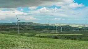 Schönes grünes Feld mit den drehenden Windkraftanlagen Erneuerbare Energiequelle stock video