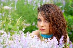 Schönes green-eyed Mädchen im Freien Stockfoto