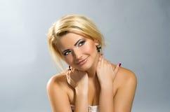 Schönes green-eyed Mädchen mit dem blonden Haar Lizenzfreies Stockbild