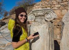 Schönes griechisches junges Mädchen, das ein altes Schiff im alten Theater von Thassos-Insel, Griechenland hält Lizenzfreies Stockfoto