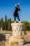 Schönes griechisches junges Mädchen, das ein altes Schiff im alten Theater von Thassos-Insel, Griechenland hält Stockfotos