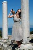 Schönes griechisches junges Mädchen, das einen Behälter anhält Lizenzfreies Stockbild