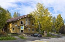 Schönes hölzernes Blockhaus im historischen Ort des Erholungsortes Stockbild