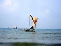 Schönes hölzernes Schiff mit ledernen Segeln auf dem Mast, der im Wind flattert lizenzfreie stockbilder