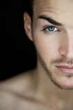 Schönes halbes Gesicht des jungen Mannes Stockfoto
