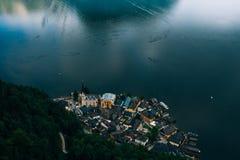 Schönes Hallstatt in den Alpenbergen lizenzfreie stockfotografie