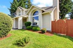 Schönes Haus außen mit Bogenfenster Lizenzfreies Stockfoto