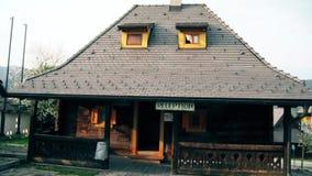 Schönes Haus in der Mitte des Dorfs stock footage