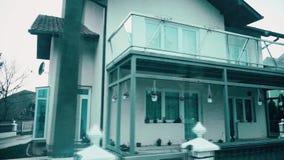 Schönes Haus in der Mitte des Dorfs stock video