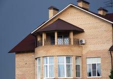 Schönes Haus des gelben Ziegelsteines Stockbild