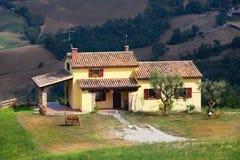 Schönes Haus gegen Berge Lizenzfreies Stockbild