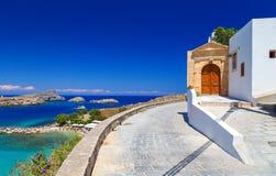 Schönes Haus in Lindos auf dem Hintergrund der Bucht, der Yachten und der Schiffe Rhodes Greece Stockfotografie