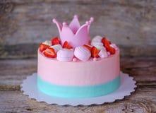 Schönes Haus machte rosa Kuchen mit Prinzessinkrone Stockbilder