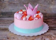 Schönes Haus machte rosa Kuchen mit Prinzessinkrone Stockfotos