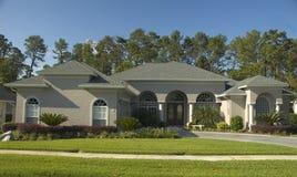 Schönes Haus mit Bögen. Lizenzfreies Stockfoto