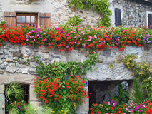 Schönes Haus mit Blumen in Yvoire, Frankreich stockfotos