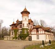 Schönes Haus mit einem großen Turm durch den See lizenzfreies stockfoto