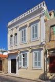 Schönes Haus mit hölzernen Fensterläden in der alten Stadt von Rhodos Stockbilder