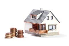 Schönes Haus mit Münzen. Stockbilder